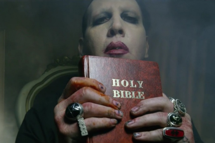 Marilyn Manson drze Biblię i… morduje Donalda Trumpa?