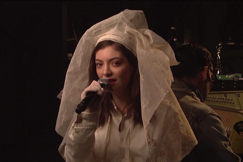 """Lorde w sukni ślubnej w """"Saturday Night Live"""""""