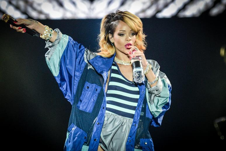 """Rihanna odtwarza ikoniczną scenę z """"Psychozy"""""""