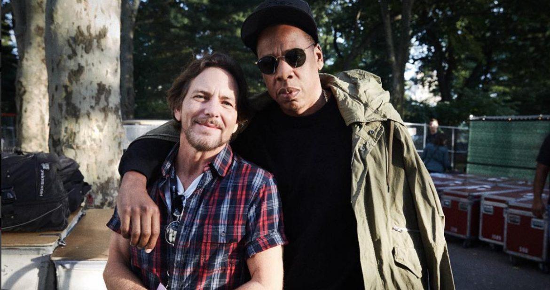 Eddie Vedder, Pharrell i inni klękają na scenie