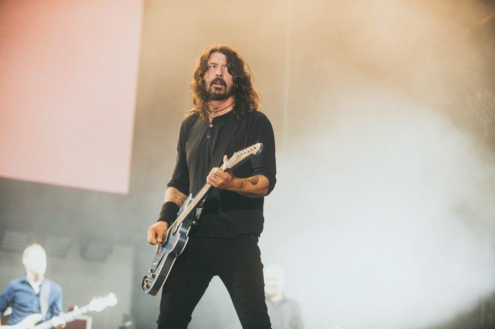Foo Fighters gra, John Travolta tańczy