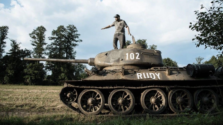 O.S.T.R. jeździ czołgiem – kulisy nowego teledysku