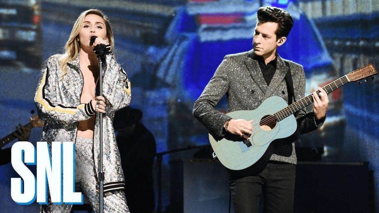 Miley Cyrus i Mark Ronson na scenie SNL