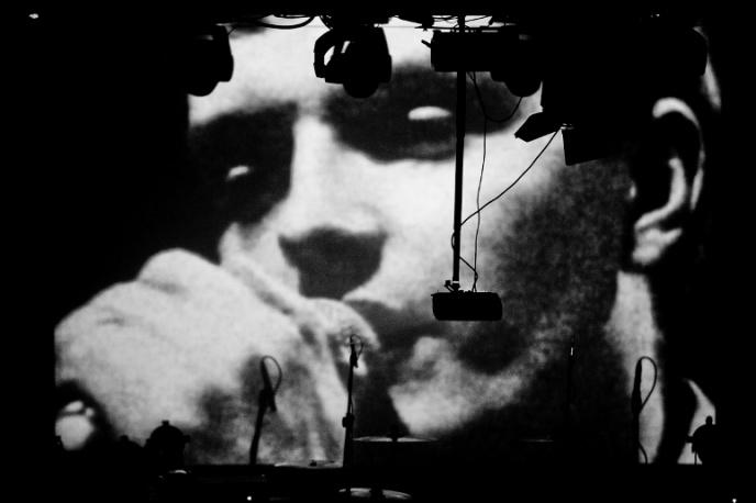 New Order w hołdzie Curtisowi – posłuchaj