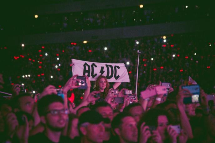 Fani AC/DC wyzwani przez sympatyków Młodzieży Wszechpolskiej