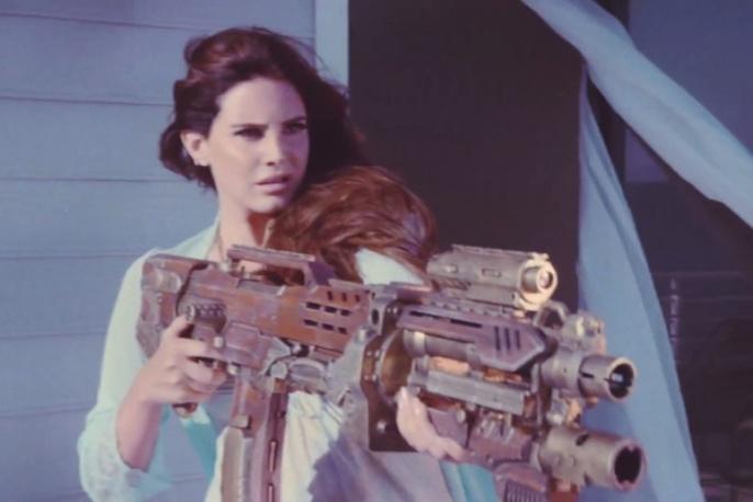 Uzbrojona Lana Del Rey w nowym klipie