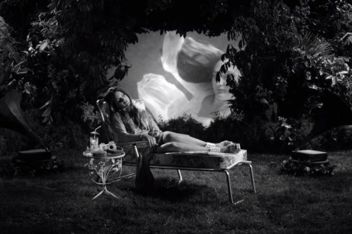Surrealizm, woda i koszykówka – nowy klip Lany Del Rey